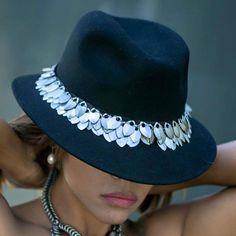 Sombrero ajustable decorado con escamas de aluminio. Unos materiales muy especiales para conseguir un producto exclusivo y lleno de magia.
