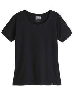 T-shirt Essencial Boyfriend Black | T-shirt de decote V. Sutilmente acinturada, com abertura lateral dos dois lados da barra.   Construída em algodão com textura leve, toque suave e macio.  Design exclusivo, caimento impecável e acabamento de alta-qualidade