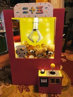 I made a Rilakkuma claw machine costume for Halloween! Unique Valentine Box Ideas, Valentine Boxes For School, Valentines For Kids, Valentine Day Crafts, Rilakkuma, Diy Valentine's Box, Valentine Cupid, Festa Toy Story, Cardboard Box Crafts