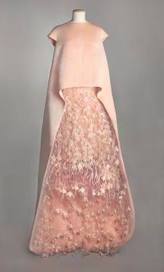 Balenciaga, ensemble du soir composé d'une tunique et d'une jupe, août 1967. Collection Musée Galliera Gazar d'Abraham rose pâle, tulle polyamide, applications de fleurs de taffetas de soie gaufré et de plumes d'autruche rose pâle, doublure en taffetas de