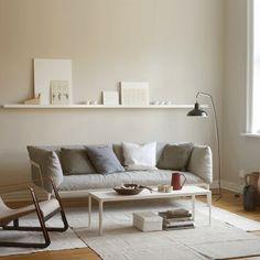 Her er det benyttet fargen LADY Pure Color 10341 Kalk på veggene, mens lister og… Living Room Styles, Living Room Colors, Fall Home Decor, Autumn Home, Murs Beiges, Style Salon, Make It Easy, Grey Lounge, Cafe Interior
