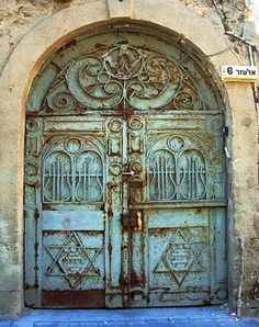 these doors make me think of forgotton treasures, of an archway leading to another time and place