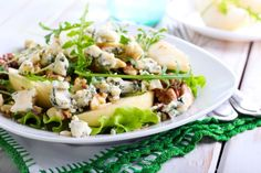 In this simple pear and bleu cheese salad recipe with a warm vinaigrette dressing, we combine arugula, pears and blue cheese with a warm balsamic dressing. Easy Salad Recipes, Easy Salads, Diet Recipes, Bread Recipes, Blue Cheese Salad, Antipasto Salad, Power Salad, Walnut Salad, Chopped Salad
