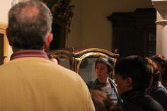 La directora del MNAD, Sofía Rodríguez,  mostrando a los Amigos del museo los entresijos de la pieza.