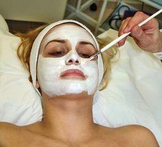 ¿Estás preocupada porque notas que la piel de tu cara se ve cada vez más flácida? ¡No te preocupes más! Existen mascarillas faciales que puedes aplicarle, que le devolverán la luminosidad y el tono a tu cutis. En este artículo conocerás cuáles son las más efectivas. ¡No te lo pierdas!
