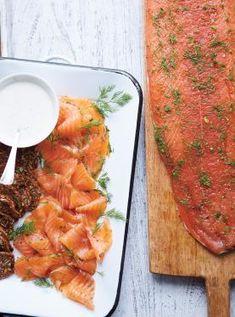 Gin and Honey-Cured Salmon Gravlax Mustard Salmon, Ricardo Recipe, Gin Cocktail Recipes, Coconut Cupcakes, Honey Glaze, Schnapps, Molecular Gastronomy, Simple Syrup, Food Presentation
