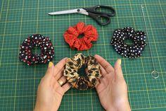 Tutorial de costura de como criar uma xuxinha (prendedor de cabelo) com tecido e elástico. Inscreva-se no nosso Canal para receber nossas próximas dicas. Cur...