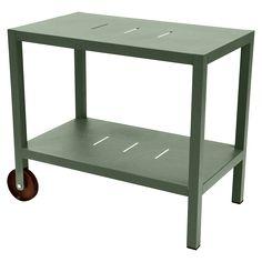 Jetzt bei Desigano.com Quibéron Beistelltisch Gartenmöbel, Garten-Beistelltische von Fermob ab Euro 377,00 € Ein Möbel, das sowohl als Beistelltisch als auch als Gestell für eine Plancha dienen kann, sowohl trendy als auch praktisch und universell einsetzbar ist und dank seiner beiden Rollen für Mobilität sorgt. Mit seinem schlichtem und graphischem Design ist dieses Gestell der Star während der Mahlzeiten! - Struktur aus Aluminiumrohr- Tischplatte aus elektroverzinktem Stahlblech…
