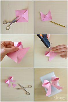 Guardate com'è semplice realizzare un fiocco perfetto, da un quadrato di carta! Carino vero? Provateci anche voi, è facilissimo! http://www.lafigurina.com/