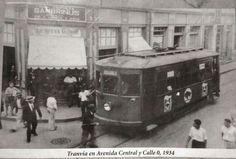 Tranvía en San José, cruce de Avenida Central y calle 0. Frente a la Tienda La Nueva Geisha, bajos del Diario de Costa Rica. 1934