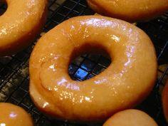 La recette pour faire des délicieux donuts au four, beaucoup plus légers et rapides à faire que les donuts américains classiques.
