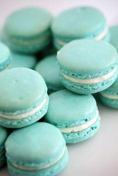 Tiffany blue, aqua, turquoise (great with teal) macaroons Blue Macaroons, French Macaroons, Macaroons Wedding, Breakfast At Tiffany's, Aqua Blue, Sweet Tooth, Sweet Treats, Food And Drink, Gastronomia
