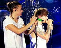Green mic blue mic and bonus Hazza braids One Direction Albums, One Direction Background, One Direction Photos, Harry Styles Man Bun, Princess Harry, Harry 1d, Night Couple, Louis And Harry, Art