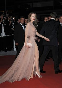 Angelina Jolie in Nude Silk, 2009 - The Most Daring Dresses on the Cannes Red Carpet - Photos Angelina Jolie Style, Brad And Angelina, Brad Pitt, Most Beautiful Women, Beautiful People, Valentino, Inglourious Basterds, Glamour, Zuhair Murad