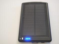 Chargeur solaire équipé d'une batterie de secours de 3 ampères (Power Bank solar charger) capable de recharger simultanément un ou plusieurs éléments de votre détecteur XP DEUS et ce, 2 fois.