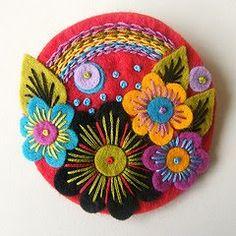 Over the Rainbow Felt Brooch, design ideas Felt Diy, Felt Crafts, Fabric Crafts, Wool Embroidery, Embroidery Designs, Machine Embroidery, Felt Flowers, Fabric Flowers, Crochet Amigurumi