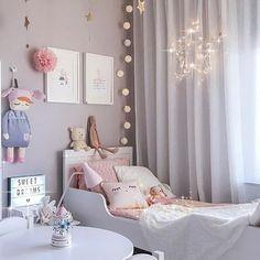 chambre gris et rose, jouets mignons dans une chambre d'enfant, guirlande lumineuse