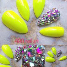 Kit faux ongles nail art stiletto jaune fluo et strass cristal, Pour les beaux jours mettez de la gaieté sur vos ongles !!!  Tailles:  XS: 3,7,5,6,9 S: 2,6,4,5,9 M: 1,6,4,5,8 L: 0,5,3,4,7 KIT Complet 20 pcs de 0 à 9 (10 tailles pour chaque main)  Chaque kit est accompagné dun bâtonnet de buis et un lot dadhésifs.  Pour une commande sur mesure indiquez vos tailles dans lordre, main gauche, main droite, ainsi que la forme désirée.  Si vous ne connaissez pas votre taille commandez votre  kit…