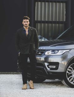If you like this street and chic outfit as I do, scroll down the page to find out the buy buttons! Mdv Style, Street Style Magazine, Mens Photoshoot Poses, Mens Hairstyles With Beard, Poses Photo, Photography Poses For Men, Stylish Boys, Gentleman Style, Chic Outfits