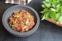 Diah Didi's Kitchen: Sambal Terasi Petai & Teri Medan Indonesian Sambal Recipe, Indonesian Cuisine, Indonesian Recipes, Sambal Sauce, Spicy Sauce, Diah Didi Kitchen, Shrimp Paste, Medan, Cooking Recipes