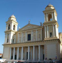 Собор святого Маврикия в Порто-Маурицио — одном из районов города Империя.  Италия.
