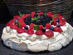 """Receta de """"La Cocina de Loli Domínguez"""": ¡¡Tarta  Pavlova!! Una tarta con un contraste delicioso, por una parte el crujiente exterior del merengue y su interior tierno y la suave crema chantilly con la dulzura y acidez de los frutos rojos en general un postre exquisito.  . Receta en el Blog: http://lacocinadelolidominguez.blogspot.com.es/2015/07/tarta-pavlova.html Videoreceta: https://www.youtube.com/watch?v=U4_tp5zaqo8"""