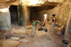 Les Roches, carrières de sarcophages du haut Moyen Âge & troglodytes  médiévaux.