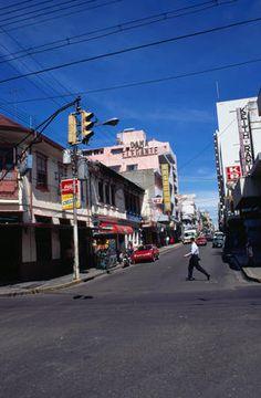 El centro de San José, en Costa Rica. Las personas van a hacer compras aquí.