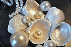 Paint shells pearl white, metallic white, and silver or another metallic color for elegant decor. Seashell Jewelry, Seashell Crafts, Beach Crafts, Seashell Ornaments, Pearl Anniversary, 30th Anniversary, Pearl Party, Seashell Painting, Painted Shells