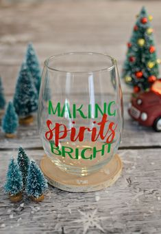 Making Spirits Bright - The perfect holiday wine glass. A fun vinyl project for your Silhouette or Cricut and they make perfect Christmas gifts! Do bright in glitter paper Christmas Wine Glasses, Diy Wine Glasses, Vinyl Glasses, Wine Glass Sayings, Wine Glass Crafts, Sayings For Wine Glasses, Wine Glass Decals, Broken Glass Art, Sea Glass Art