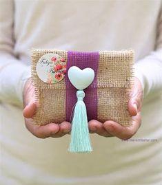 Burlap Bags, Jute Bags, Crafts To Make, Diy Crafts, Handmade Tags, Burlap Flowers, Patchwork Bags, Basket Decoration, Goodie Bags