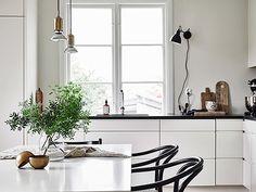 Stylingtips Vita kök mår bra av trä och grönska. Gruppera dina stilleben istället för att sprida ut dem på köksbänken. Stapla skärbrädor i olika storlekar mot väggen, köp hem några gröna kvistar eller krukväxter att ha på bordet och satsa gärna på en skryklad linneduk eller diskhandduk för att mjuka upp.