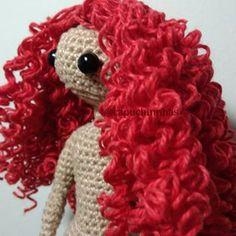 Aprenda a fazer lindos cabelos cacheados para suas bonecas! Visite o meu canal no YouTube e confira o passo a passo (link na bio) . . . . #amigurumi #amigurumidoll #pattern #crochet #crochetlove #crocheting #boneca #doll #capuchinhas #feitoamao #handmade #artesanato #arttoy #diy #ganxet #mycrochet #crochetdoll #amigurumilove #amigurumitoy #yarn #cotton #handmadedoll #dollmaker #semprecirculo #capuchinhasartesanatos #tutorial #diy #passoapasso #youtube #patrón #pattern #80anoscirculo