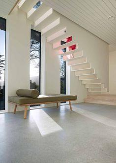 Escaliers blancs suspendus