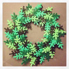 Christmas wreath hama perler beads by katrineo84 - Pattern: http://www.pinterest.com/pin/374291419002724088/
