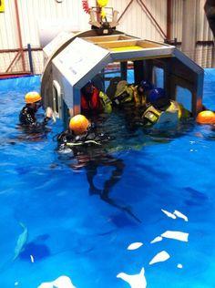 4 vrijwilligers hadden vandaag Helicopter underwater escape training bij STC-KNRM.