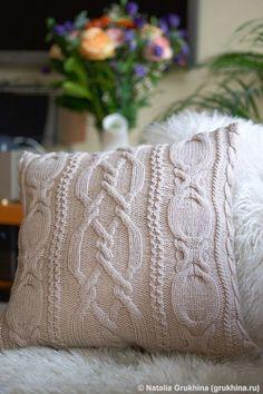 Вязаная подушка с узором из кос и жгутов