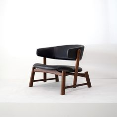 Sapao armchair designed by Fernando Mendes. Available at ESPASSO. Midcentury modern and contemporary Brazilian design. Bed Furniture, Cheap Furniture, Furniture Design, Furniture Makers, Plywood Furniture, Furniture Ideas, Reclining Rocking Chair, Fernando Mendes, Best Office Chair