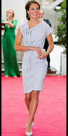 KATE MIDDLETON    Fiel al estilo clásico y refinado que la caracteriza, para ir a una recepción en Londres de las industrias creativas del Reino Unido, la Duquesa de  Cambridge escogió un diseño color gris perla de la colección Primavera 2011 de Roksanda Ilincic (el mismo que usó para su viajar a Los Ángeles, durante su viaje a Estados Unidos el pasado mes deseptiembre). Combinó su vestido con zapatos LK Bennett en gamuza gris, un clutch de brillo y aretes de Kiki McDonough.