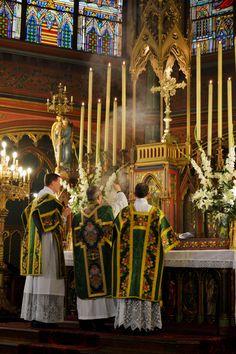 Encensements de l'introït La grand messe du dimanche à Saint-Eugène - Sainte-Cécile (Paris IX)