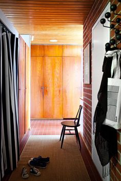 Tiikkikaapistot ovat kestäneet käyttöä yli 50 vuotta. Raitaverhon takana on eteisen vaatenaulakko. Takana, Interiors, Interieur, Interior Decorating, Home Interiors