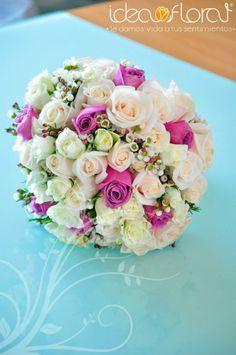 Bouquet de rosas, mini rosas y wax flower en tonos champagne y lavanda.