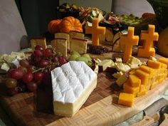 DIY Cheese Graveyard and Brie Coffin Turn a delicious cheese plate into a spooky grave yard with these classy halloween party tips from Kathleens Confections. The post DIY Cheese Graveyard and Brie Coffin appeared first on Halloween Party. Plat Halloween, Halloween Pizza, Diy Halloween Treats, Hallowen Food, Halloween Dinner, Halloween Desserts, Halloween Food For Party, Halloween 2019, Spooky Halloween