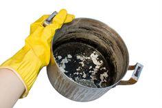 Do hrnce dejte prací prášek, zalejte vodou, povařte a nečistotu stáhněte houbičkou. Foto: ©Depositphotos.com/Ungaju