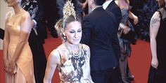 When she reminded us that sometimes you just have to photobomb Sarah Jessica Parker in a mohawk. | 51 Times In 2013 Jennifer Lawrence Proved She Was Master Of The Universe