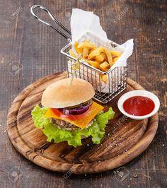 Burger Et Frites Dans Le Panier Sur Fond De Bois Banque D'Images Et Photos Libres De Droits. Image 29491481.