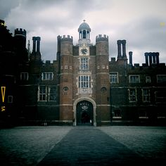 Visit Hampton Court Palace, the front door. The Tudor palace of Henry VIII. Tudor History, British History, Asian History, King Henry, Henry Viii, England Uk, London England, Great Places, Places To See