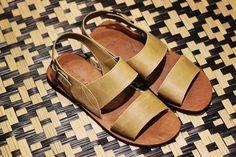 Procurando sugestões de presentes para o dia dos pais? Fique ligado aqui no nosso perfil :) Hoje a nossa escolha foi essa sandália de couro artesanal, que é perfeita para aquele papai cheio de estilo!   Veja onde adquirir nossas peças em http://www.fuchic.com.br/#!enderecosfuchic/cq3z  //   Looking for gift suggestions for Father's Day? Stay tuned here at our profile :) Today our choice was this handmade leather sandals, which is perfect for that stylish daddy!