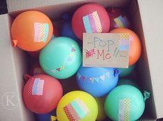 En una caja de cartón pon muchos globos inflados con cartas u obsequios dentro de ellos. Dale un alfiler y que comience a descubrir sus sorpresas ponchame