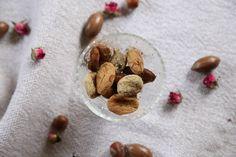 Sokerittomat namit kuivahedelmistä, jotka on pyöritelty kanelissa, vaniljajauheessa ja lakritsinjuurijauheessa // Sugarfree treats made of dried fruit, covered in cinnamon, vanilla powder and liquorice root powder